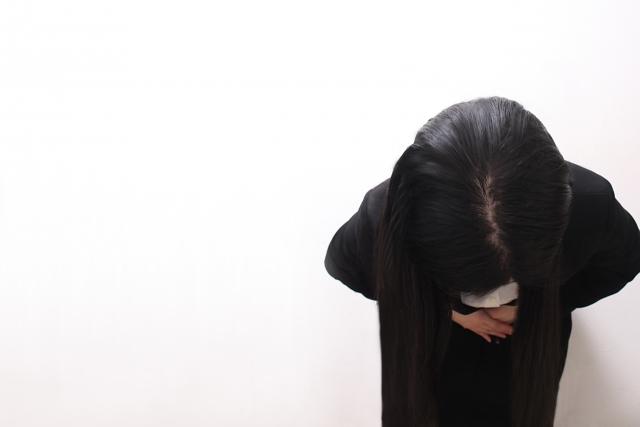 宝塚音楽学校の生徒が電車にお辞儀